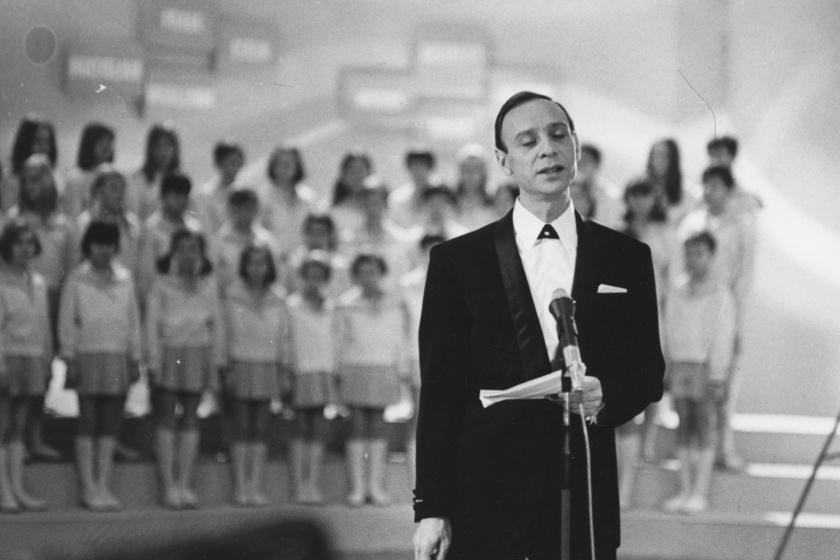 Varga József tévébemondó 1965-ben, mögötte a Rádió gyermekkórusa.