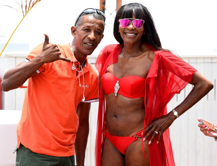 El lehet ám fáradni a bikinis nőkkel pózolásban is.A férfi statisztikái szerint naponta minimum 15 szelfit kell készítenie ismeretlen emberekkel!
