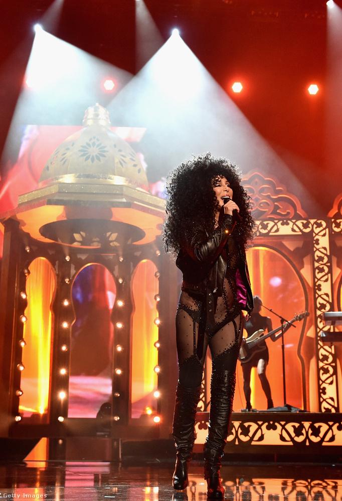 Hálistennek visszahúzta a megszokott haját, úgyhogy most már biztosak vagyunk abban, hogy Cher