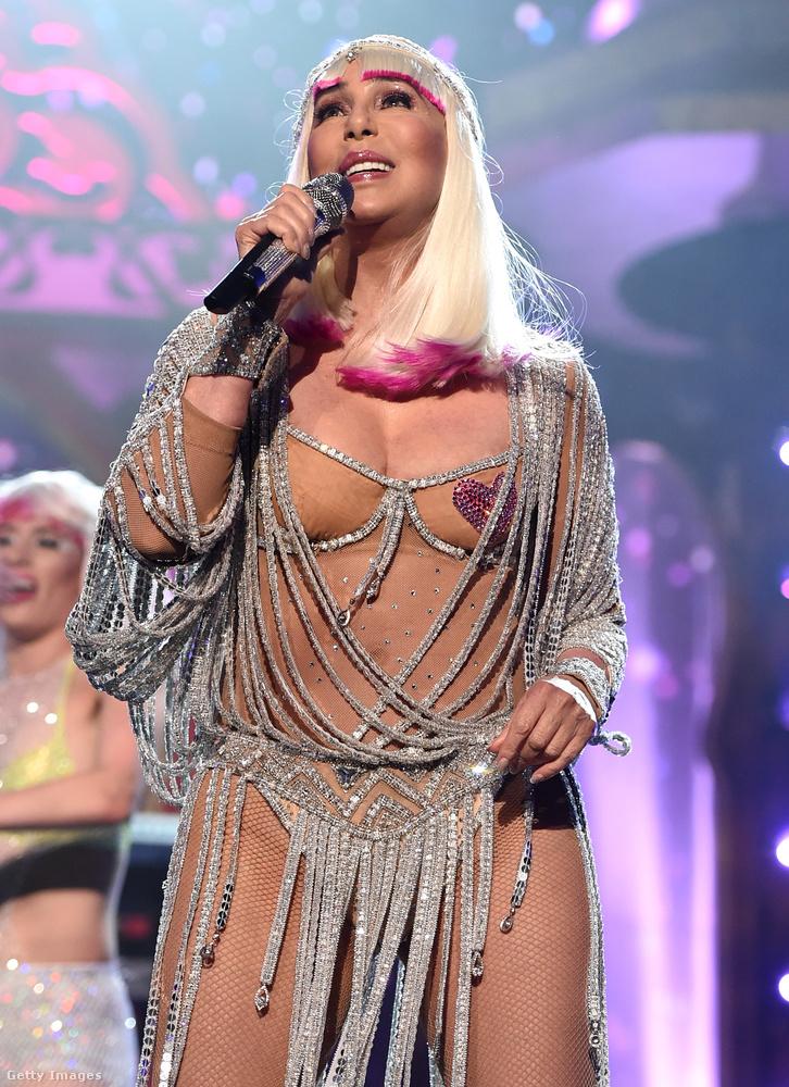 Cher a hétvégén, egész pontosan május 20-án lett 71 éves, másnap pedig egy levegőből varrt ruhaneműben állt színpadra a Las Vegas-i Billboard Music Awards-on, amelynek nyerteseit megtekintheti az alábbi linken