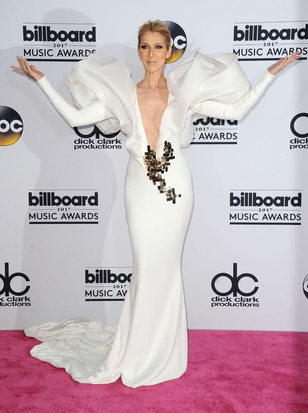 Céline Dion egy extravagáns, hófehér estélyit húzott, amivel alaposan felkeltette magára a figyelmet.