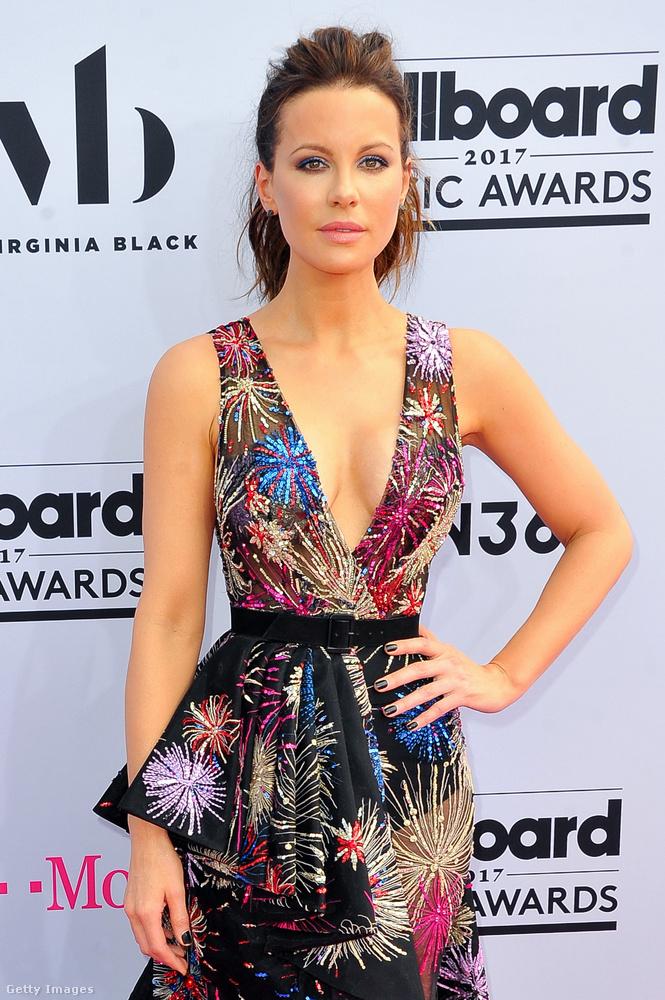 Kate Beckinsale tüzijátékos ruháját kitörő örömmel fogadjuk ezek után, végre nem egy olyan szett, aminél azon kell elájulni, hogy milyen szexin áttetsző az anyag! Szép dekoltázs, csinosan nőies fazon...