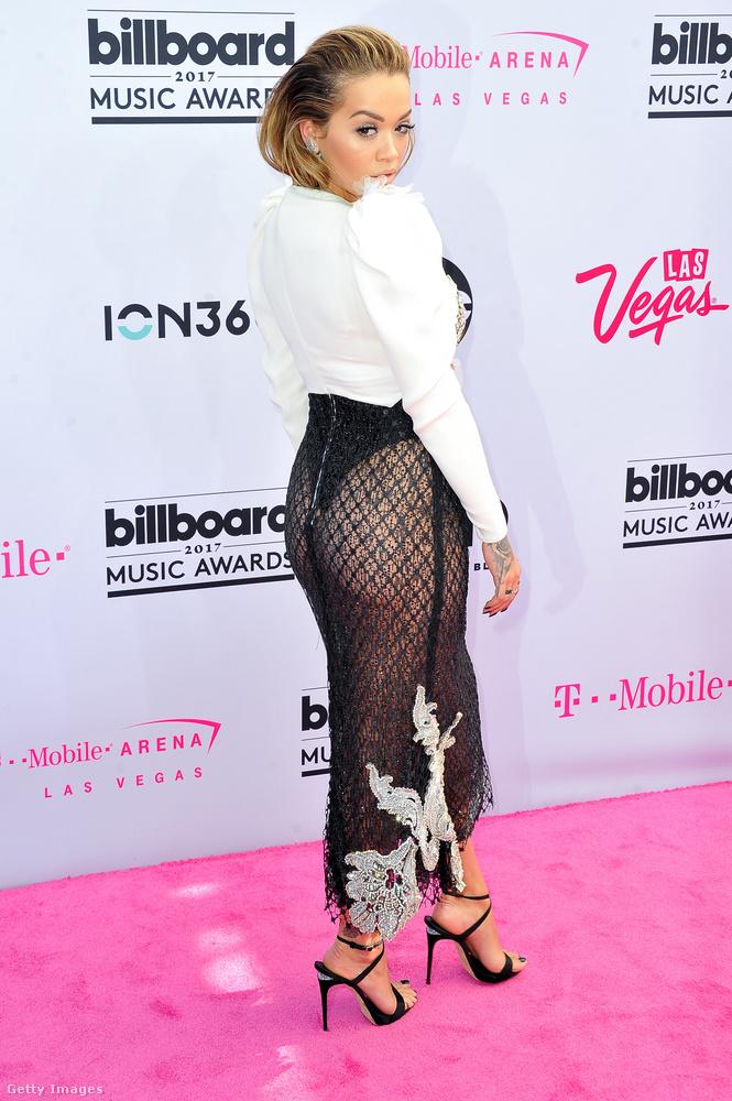 Na és ezen a fekete szoknyán mi tetszik át olyan sejtelmesen? Hát nem más, mintRita Ora tompora!Elnézést kérünk.