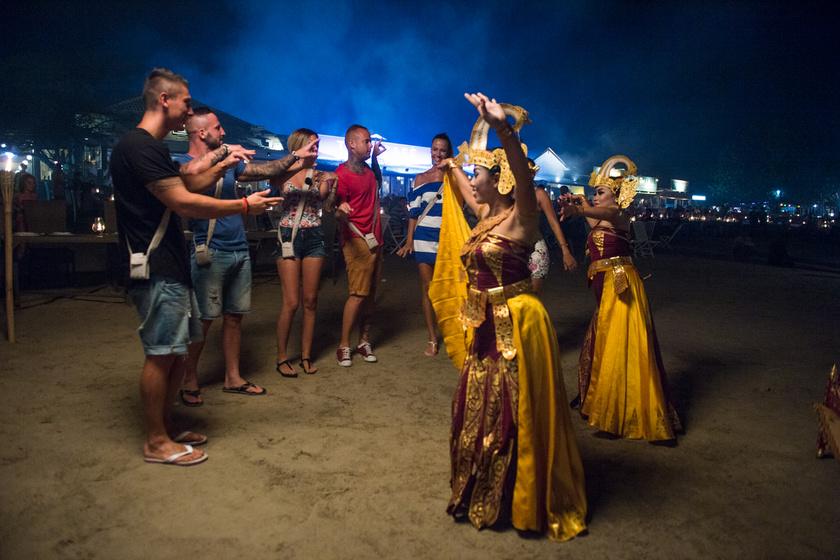 Indonéz néptáncosok vártak őket a tengerparton.