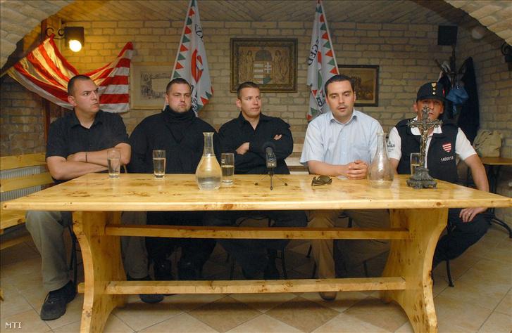 2009. június 14. Vona Gábor, a Jobbik Magyarországért Mozgalom elnöke beszél a sajtótájékoztatón, amelyen bejelentették, hogy nemzeti radikális szervezetek együttműködési szerződést kötöttek. Az asztalnál Zagyva György Gyula, a Hatvannégy Vármegye Ifjúsági Mozgalom elnöke, Tyirityán Zsolt, a Betyársereg vezetője, Toroczkai László, a Hatvannégy Vármegye Ifjúsági Mozgalom (HVIM) tiszteletbeli elnöke és Kiss Róbert, a Magyar Gárda főkapitánya (b-j)