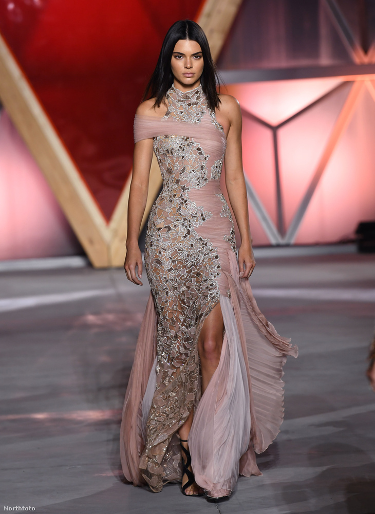 Kendall Jennernek ebben a ruhakölteményben nem volt szabad arcra esnie, és mivel ért a szakmájához, nem is tette
