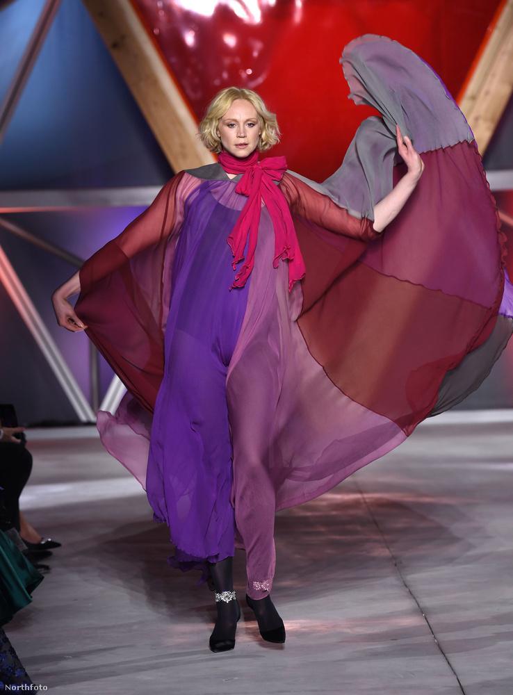 A Trónok harcából is ismert Gwendoline Christie színes-szagos ruhakölteményben mórikálta magát a kifutón.
