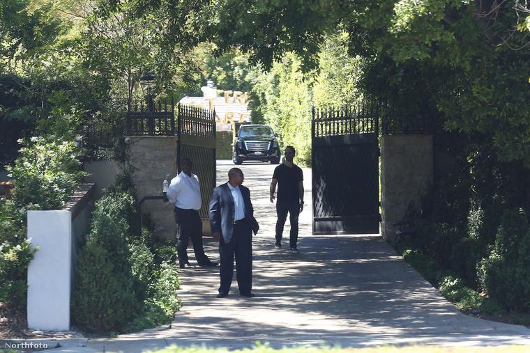 A bejáratnál biztonságiak figyeltek a rendre.