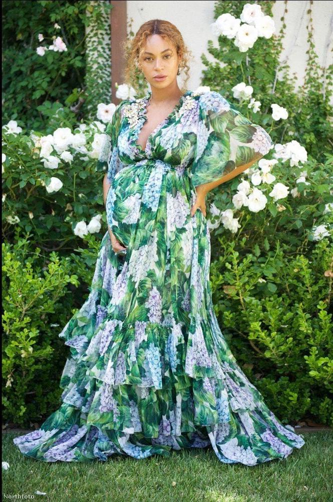 Beyoncé ebben a csodaszép ruhában várta a vendégeket az ikrek érkezését ünneplő partin