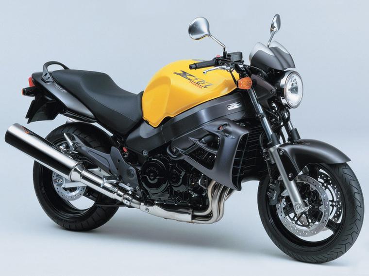 Honda X11                         Mindenki a CBR1100XX-et ismeri, az X11 annak a csupasz változata