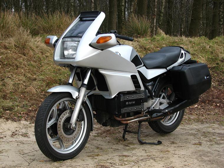 BMW K 100 RS                         A bokszermotoros BMW-k mellett nulla a megbecsültsége, pedig történelmi fordulópontot jelentettek
