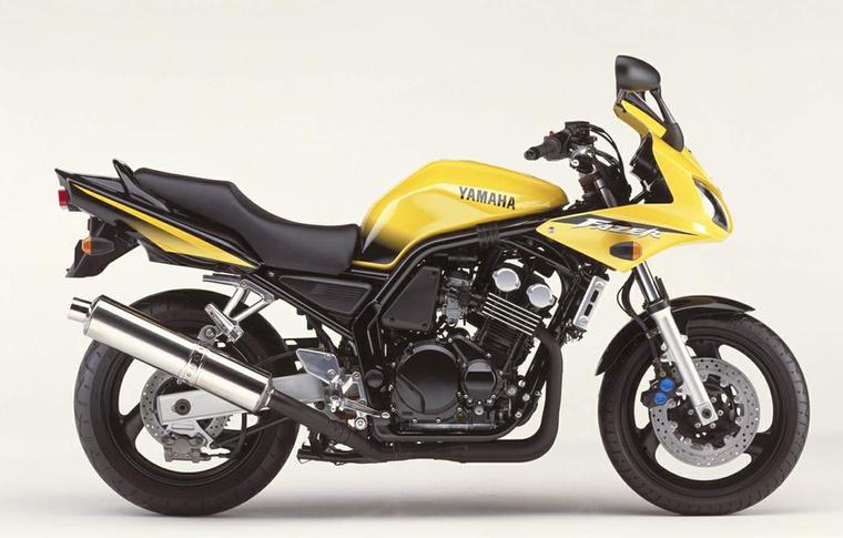 Yamaha FZS600                         Az FZS1000-et már a mennybe menesztettük, tartja is az árát, a vásvázas FZS600-t viszont lassan gombokért árulják