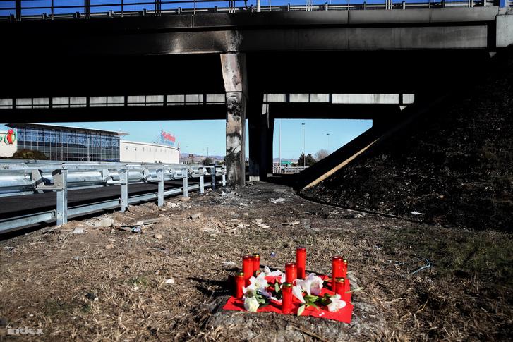 Gyertyák és virágok a baleset helyszínén január 22-én