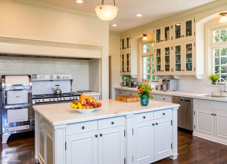 Egy konyháról is van kép