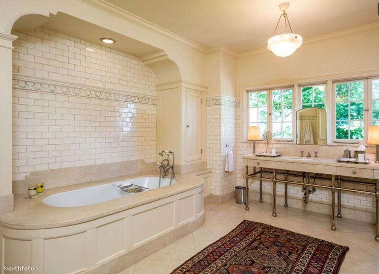 Ez pedig egy a tíz fürdőszobából.