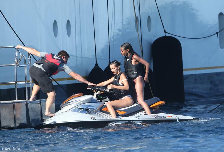 A kiadós jetskizés után Bella Hadid visszatért a yacht fedélzetére