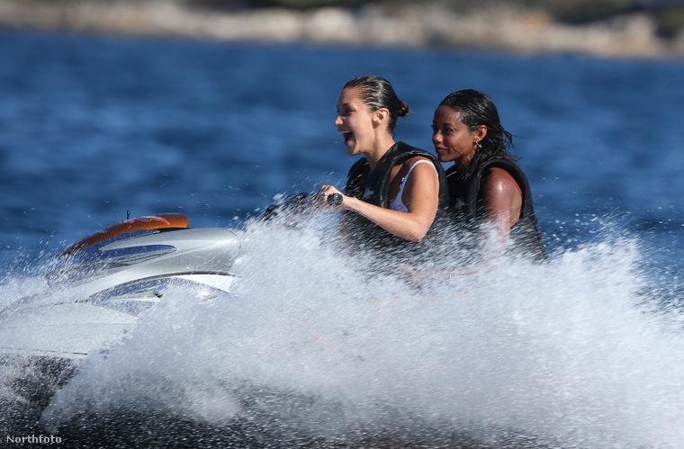 Bella Hadid tudja, mit kell csinálni egy filmfesztiválon: amíg a filmrajongók mindenféle művészfilmeket nézegetnek a dögmeleg mozitermekben, addig ő sokkal hasznosabban, a tengerben tölti az idejét
