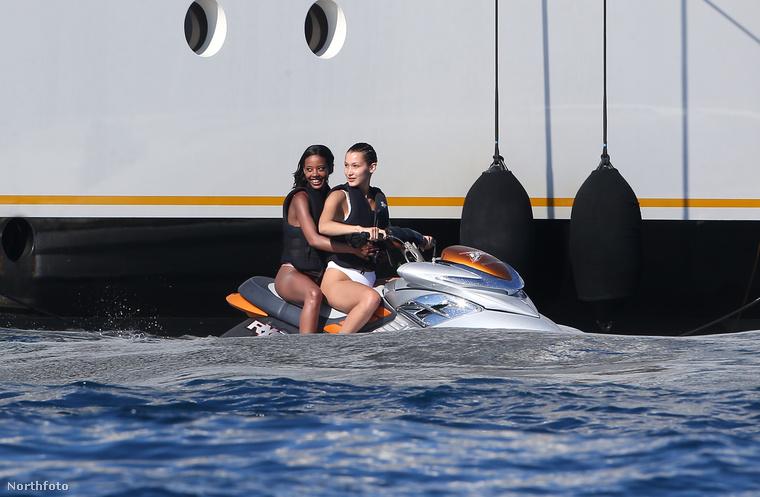Miközben Cannes-ban mindenféle fura fazonok okoskodnak olyan filmekről, amiket senki nem néz, a modell inkább úgy döntött, hogy elmennek egy barátnőjével jetskizni