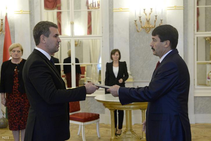 Áder János köztársasági elnök (j) átadja a kinevezési okmányt Kohut Balázsnak a Külgazdasági és Külügyminisztérium közigazgatási államtitkárának a Sándor-palotában 2014. október 8-án.