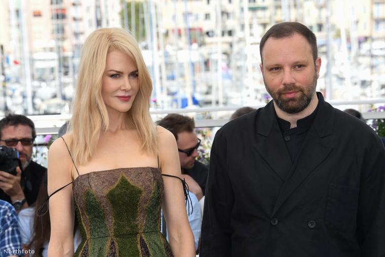 A már említett versenyfilm görög rendezőjével, Jorgosz Lantimosszal is pózolt a kameráknak az ausztrál színésznő