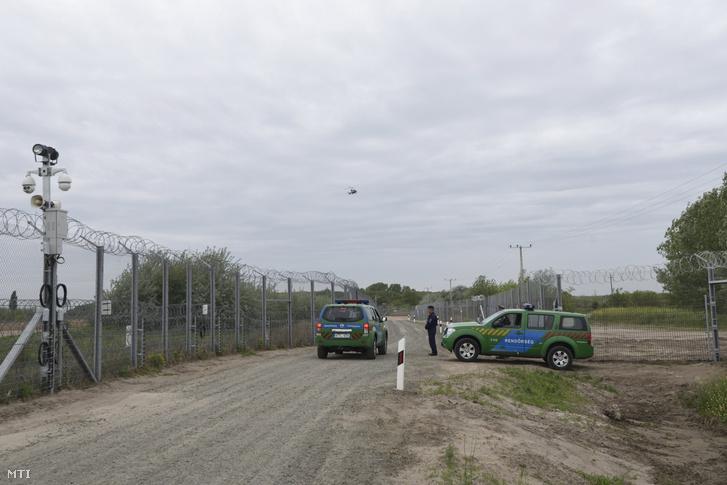 Gépkocsizó járőrök a szerb-magyar határon álló biztonsági határzár első és második kerítéssora között futó manőverúton Röszke térségében 2017. április 28-án.