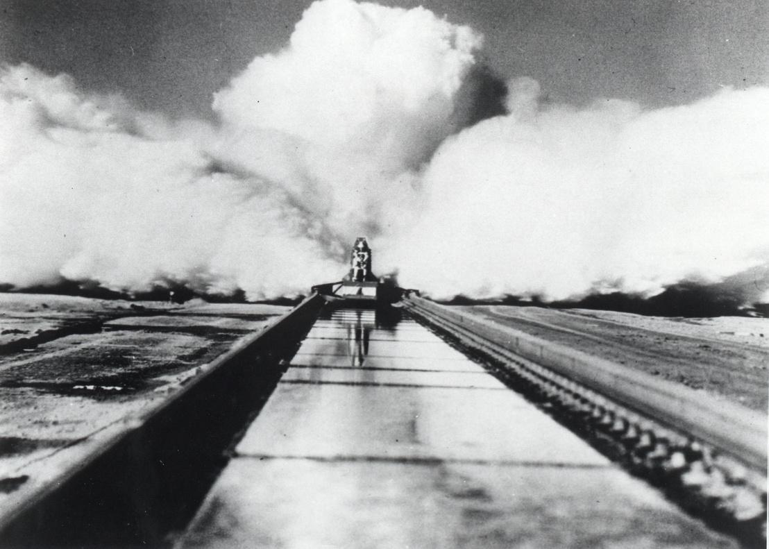 1954. december 10.: Stapp a Sonic Wind Rocket Sled 1 ülésébe szíjazva robog a Holloman légibázison, ahol a rakétaszános kísérletek folytatódtak