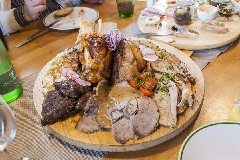 A Weinek vidéki borozóínycsiklandozó, omlós húsételei leomlanak a csontról, miközben a bőr még kellően roppanós. Fotó: Hajabács Balázs/vilagutazo.net