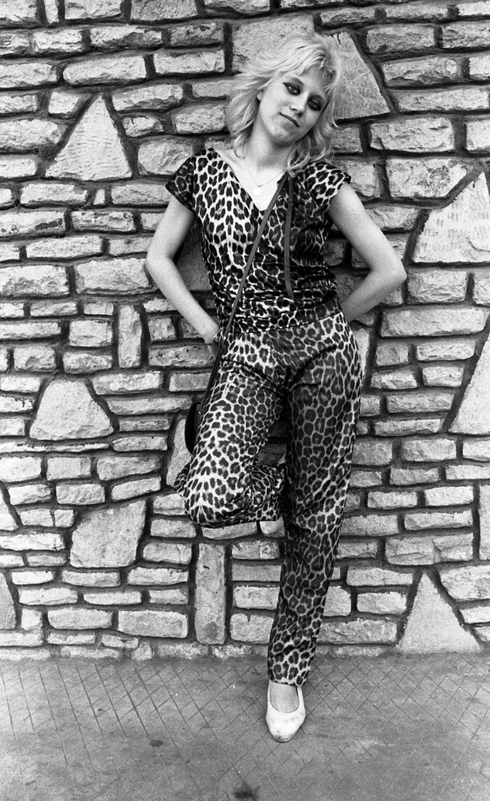 A leopárd mintás ruha a Sex Pistols menedzsereként működő Malcolm McLaren Sex nevű boltjából terjedt el, ahol többek között a BDSM-pápa John Sutcliffe is útnak indította fétisruháit. Ruháinak cipzárokkal telerakott darabjai szintén beszivárogtak később a punkok ruhásszekrényébe.