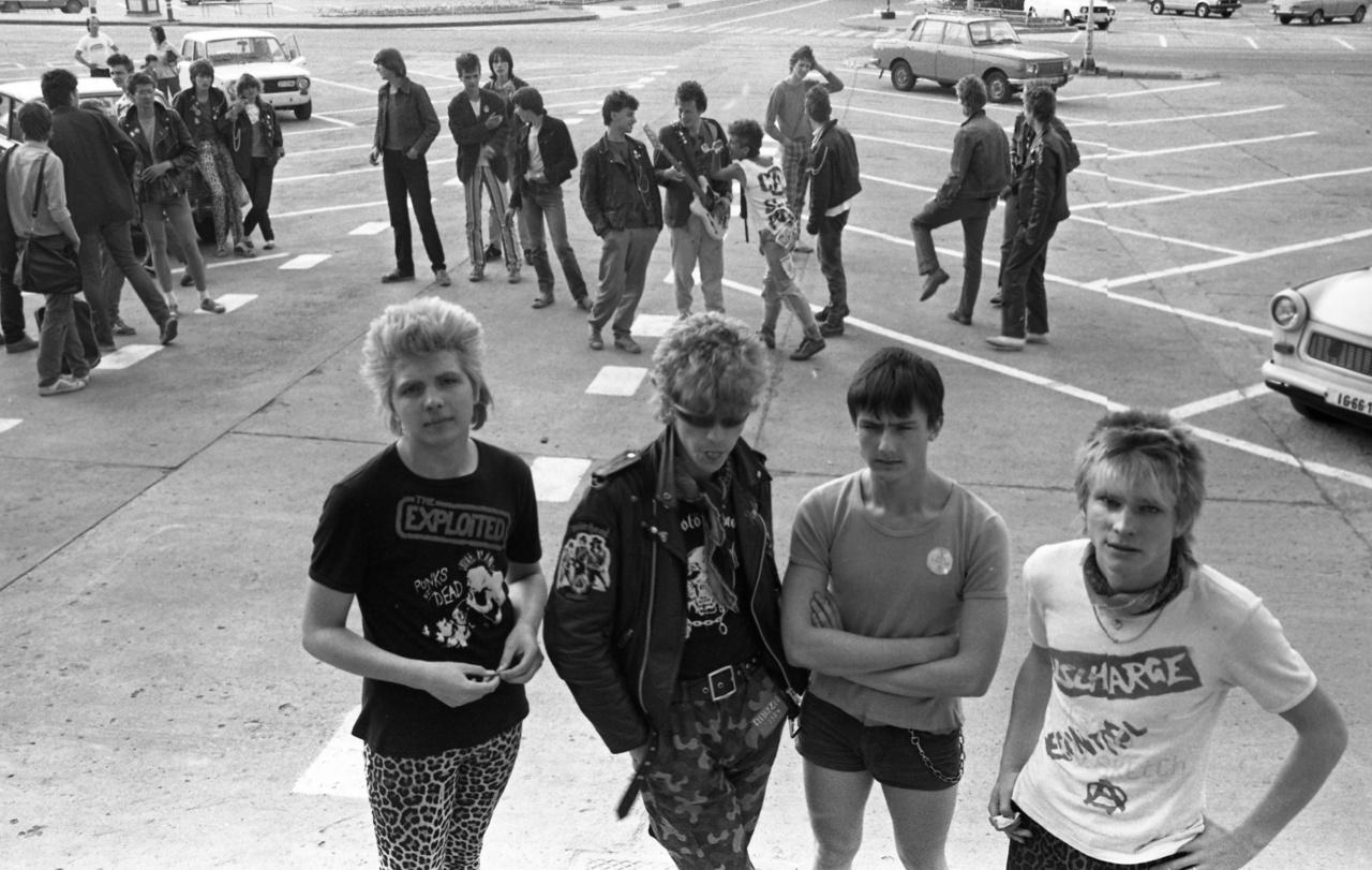 Az Invázió egy teljes számmisztikai csoda, ugyanis a az 1981-ben alakult zenekar legaktívabb időszakát 1982-ben élte, és Invázió '84 néven is működtek, viszont a rendelkezésre álló információk szerint 1983-ban oszlottak fel. A Kiss Ferenc, Sal Istvan, Németh Gabor, Magyar Péter felállású zenekar talán legnagyobb slágere a John Lennon hülye vagy, a Discharge-ra posztapokaliptikus hangulatát leképező Segíts Nekem