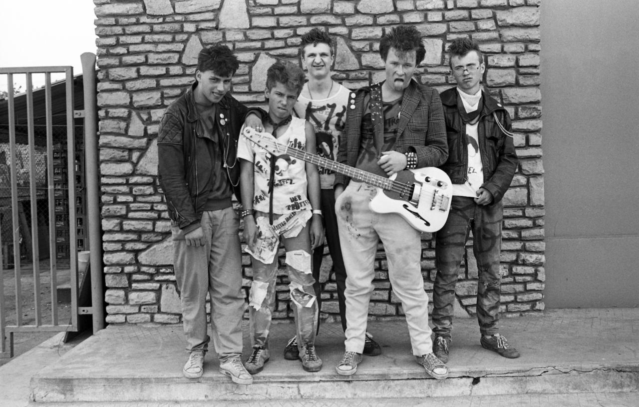Míg fent említettük, hogy vannak akik a szélsőjobboldalhoz kötik a punkot, addig a Trottel zenekar élén zenélő Rupaszov Tamás (a képen jobbról a második) képviseli  évtizedek óta a másik oldalt, és a Crass féle, kvázi liberálisabb és baloldali politikai nézeteket ők hozták be azzal, hogy a  Nyugati turnén foglaltházakban és autonóm helyeken vett mély levegőket itthon fújták ki, már amikor itthon voltak. A Trottel a kilencvenes évek elején volt hogy majd 8 hónapot volt úton. Tamás idén a szamizdatkiadóként induló, majd hivatalos kiadóvá váló Trottel Records születésnapjára három részes sorozatot adott ki, melynek első két része már be is szerezhető. Vele készült életút-interjúnkat itt olvashatja.