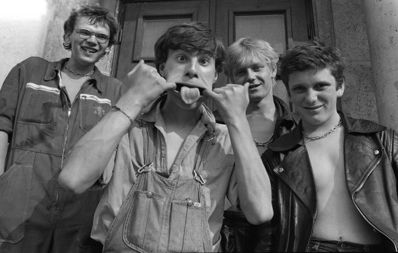 A Kretens 1981-ben alakult és a Ruhaipari Szakközépiskola tornatermében adta első koncertjét. Az Állambiztonság őket sem kímélte, volt hogy kiutazást tagadtak meg tőlük, és az énekes Hemü rendőrségi figyelmeztetést, a dobos Max megrovást kapott nagy nyilvánosság előtt elkövetett államellenes izgatás miatt amellett, hogy folyamatos megfigyelés alatt tartották őket. A zenekar kisebb szünetekkel a mai napig aktív, az Állambiztonság két kedvence, Hemü és Max változatlanul a zenekar tagja.