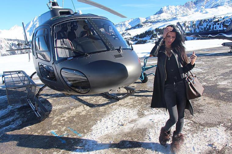 Vagy pedig a rogáni utat követve helikopterbe pattan.