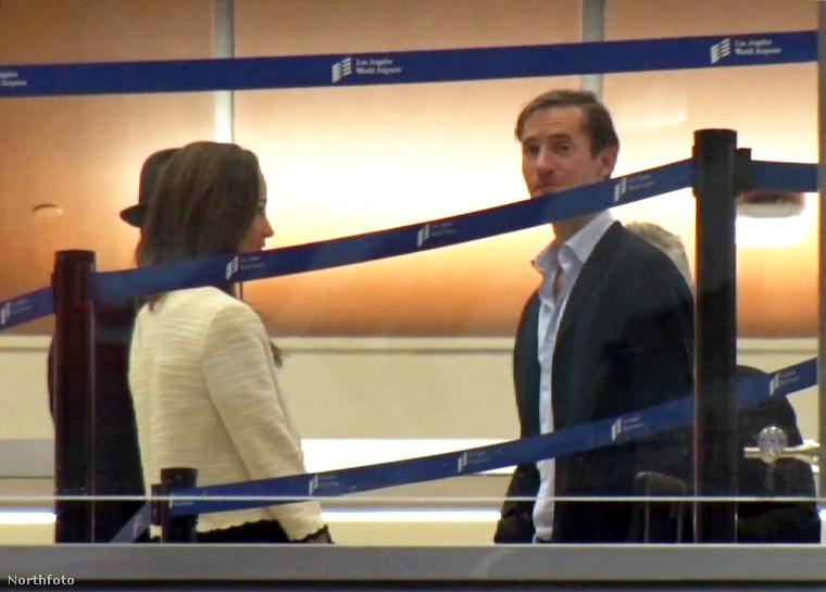 Pippa Middleton és férje, James Matthews a Los Angeles-i repülőtér tranzitjában várakoznak esküvőjük másnapján.