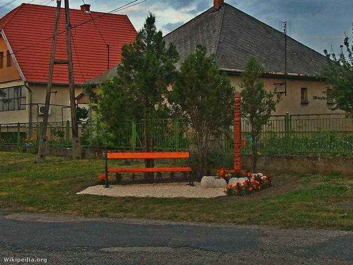 Lenkey János emlékére állíttatott kopjafa Zichyújfaluban