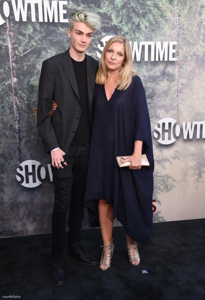 A sorozat ikonikus főszereplőjét alakító színésznő, Sheryl Lee 17 éves fiával, Elijah Diamonddal jelent meg a díszbemutatón.