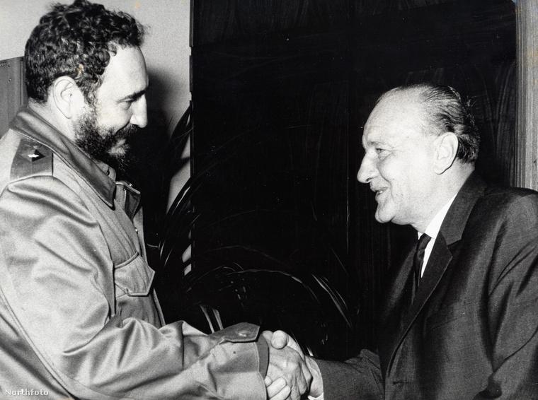 Legendás dátum és legendás kézfogás: 1972-ben Kádár János találkozott Fidel Castroval, amikor a kubai vezető Magyarországra látogatott.Castrót Kádár János személyesen várta Ferihegyen, a repülőtér betonján.Nyáron hiába volt uborkaszezon, azért a politikában zajlott az élet...