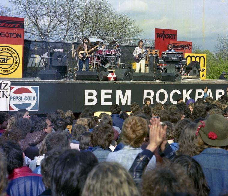 Talán ez kép se mszorul különösebb magyarázatra.                         LGT koncert Tabánban.1985.