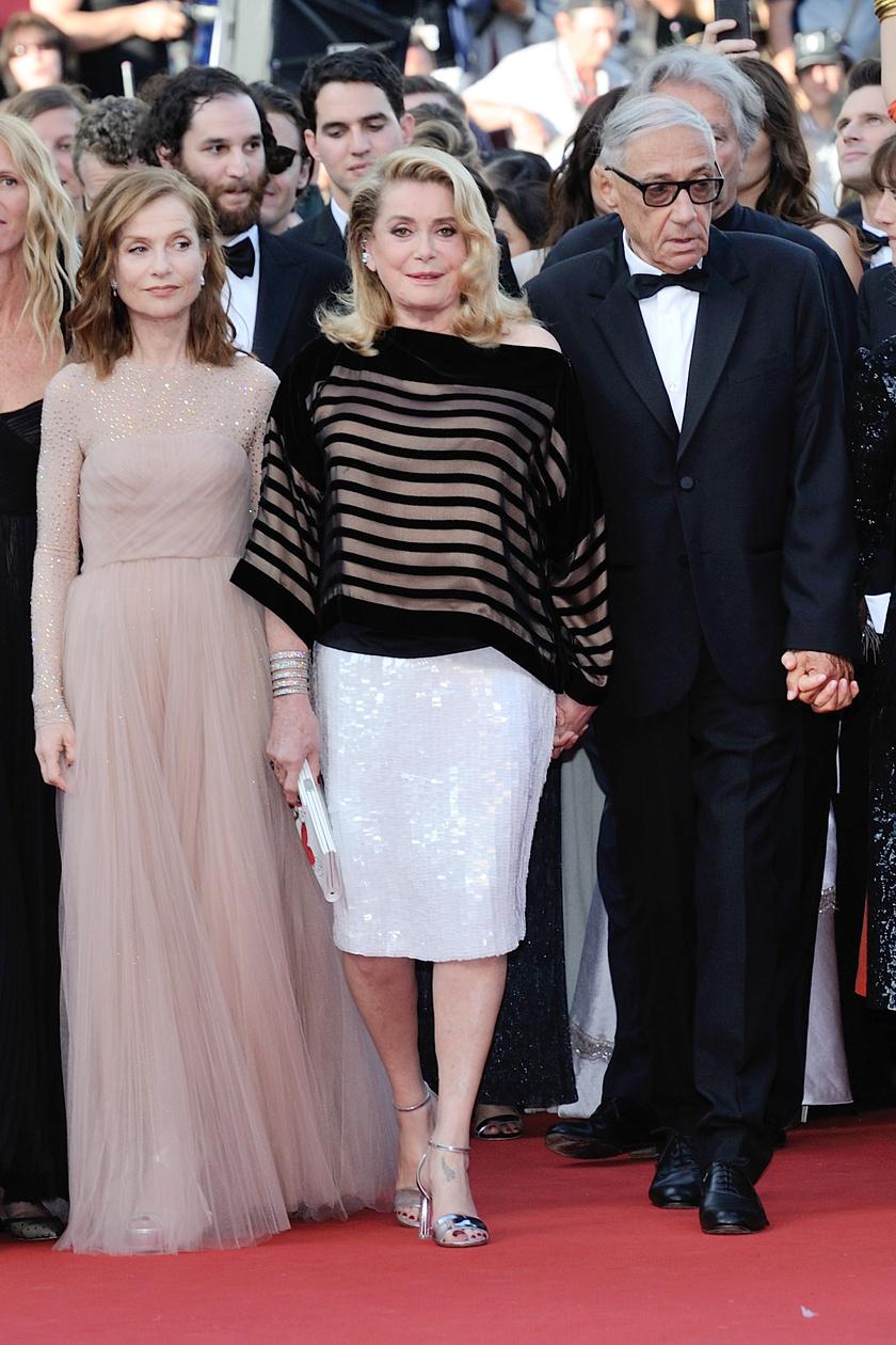 Isabelle Huppert, Catherine Deneuve és Andre Techine kart karba öltve pózoltak a premieren.
