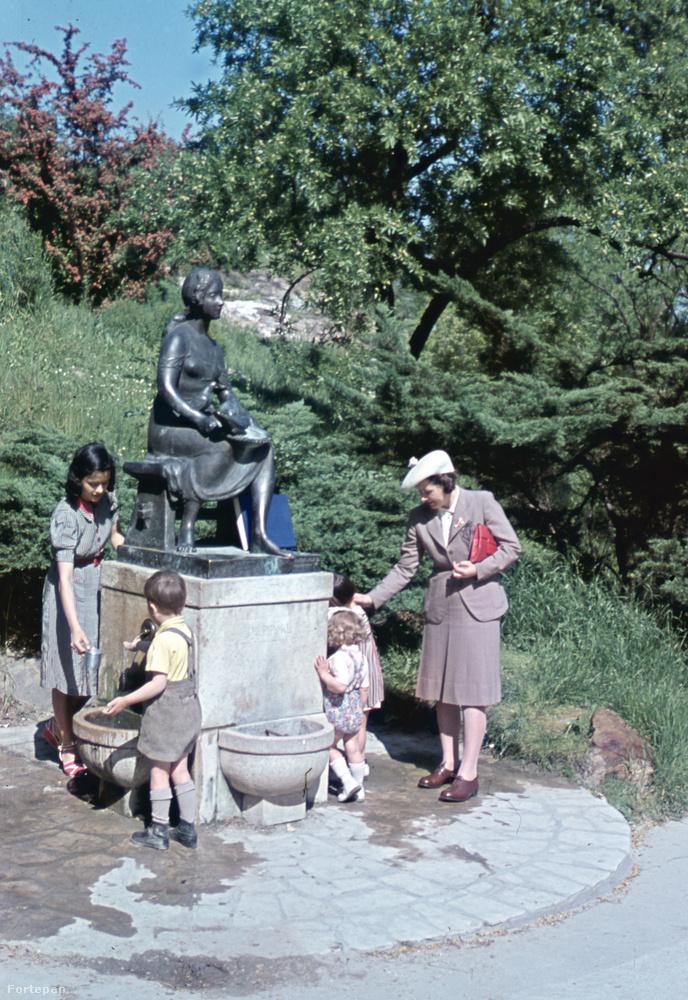 Ugyanabban az évben járunk, a Gellért-fürdő közelében.Fura belegondolni, hogy ezek a gyerekek ma már 80 éven felül vannak.