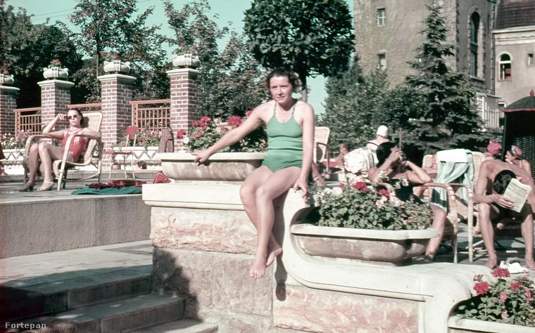 Ez pedig már maga a Gellért-fürdő, szintén 1939-ben.Felhívnánk a figyelmet a korabeli fürdőruha divatra.