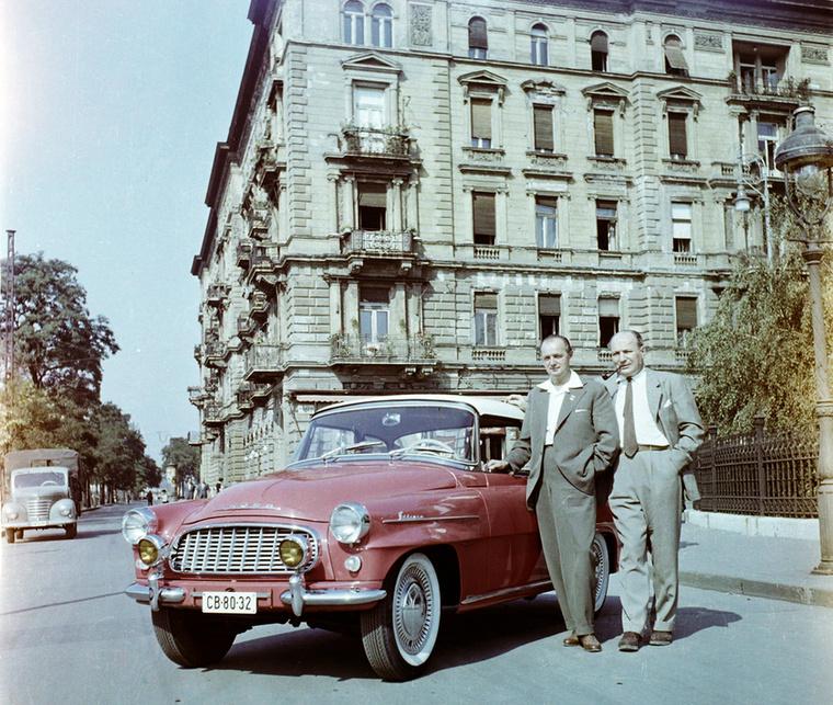 A Vígadó téren az urak nagyon büszkén pózoltak az autójuk mellett 1961-ben.