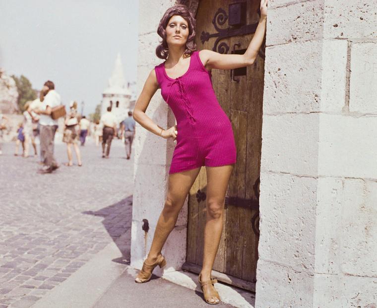 1971-ben egy fotósorozat egyik kockája Pataki Ági manökenről.Pataki Ági a Kőbányai Gyógyszerárugyár (ma Richter Gedeon) kozmetikumának, a Fabulonnak a reklámarca volt két évtizeden keresztül.Emellett az első szupermodell Magyarországon