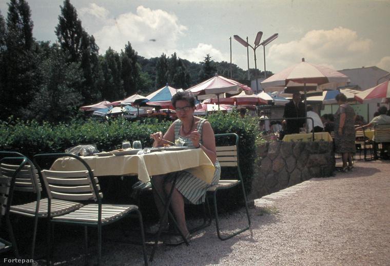 Ez pedig már 1979, a Gyerekvasút Szépjuhászné állomásának utasellátójában elköltött ebéd is a család régi emlékei közé került.