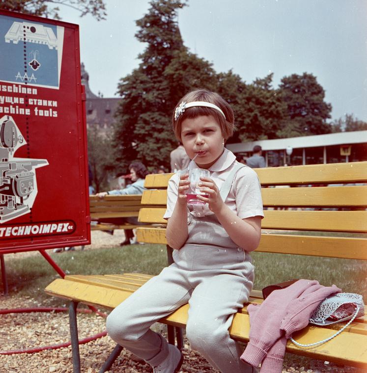 Ez pedig egy évvel későbbi életkép a Városligetben.Egy bambit szürcsölő kislány.