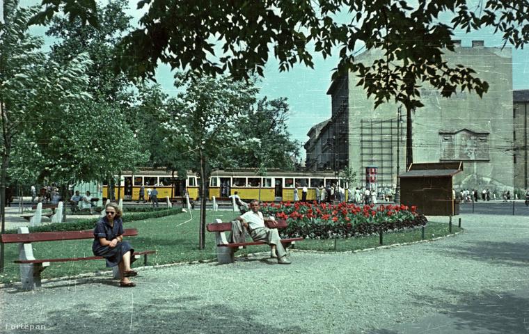 Ez pedig már egy évvel később a Kecskeméti utca - Kálvin tér sarok, szemben pedig a Múzeum utca.