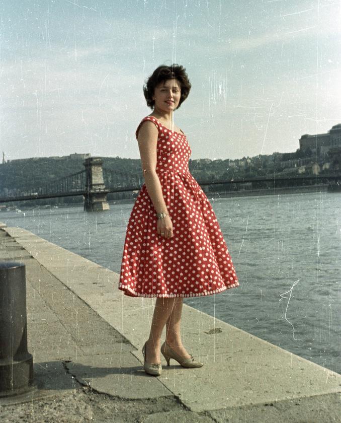 1960 - Pesti alsó rakpart és egy ismeretlen hölgy, csinos nyári ruhában.