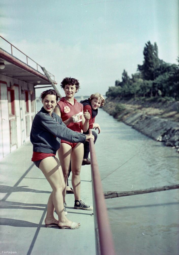 Ez pedig szintén 1955, a Honvéd csónakház.Egyből az Egy dunaparti csónakházban című dal jutott eszünkbe erről a képről, ami még régebbi, 1952-ben íródott.