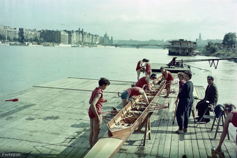 Ugrottunk egyet 1955-re a Vörös Meteor evezősház stégjére.