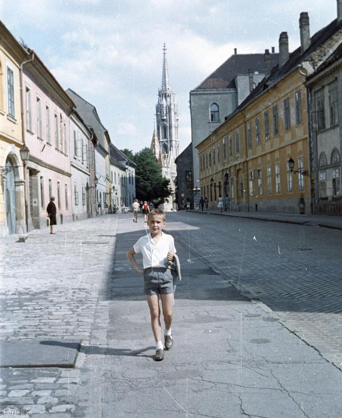 Egy különleges fénykép válogatást mutatunk önöknek, ezekkel szeretnénk felidézni a régi nyarak emlékét.A fotósorozat 1936-től, időrendben a 80-as éve végéig mutatja be milyenek voltak a forró nyári hónapok régen Budapesten.Az első képkocka például 1936-ban készült, a Hess András téren, háttérben a Mátyás-templommal