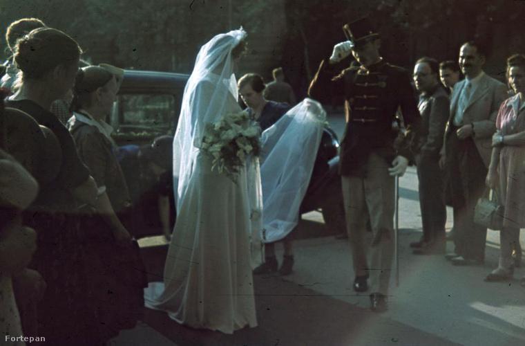 És ilyen volt egy esküvő 1940-ben, a nyolcadik kerületben a Horváth Mihály téren.